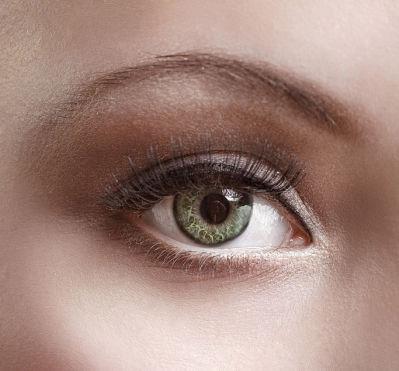 81f574970 As lentes de contacto verdes são uma grande tendência e são uma opção muito  procurada por quem almeja renovar o seu estilo, mudando a sua cor natural  de ...